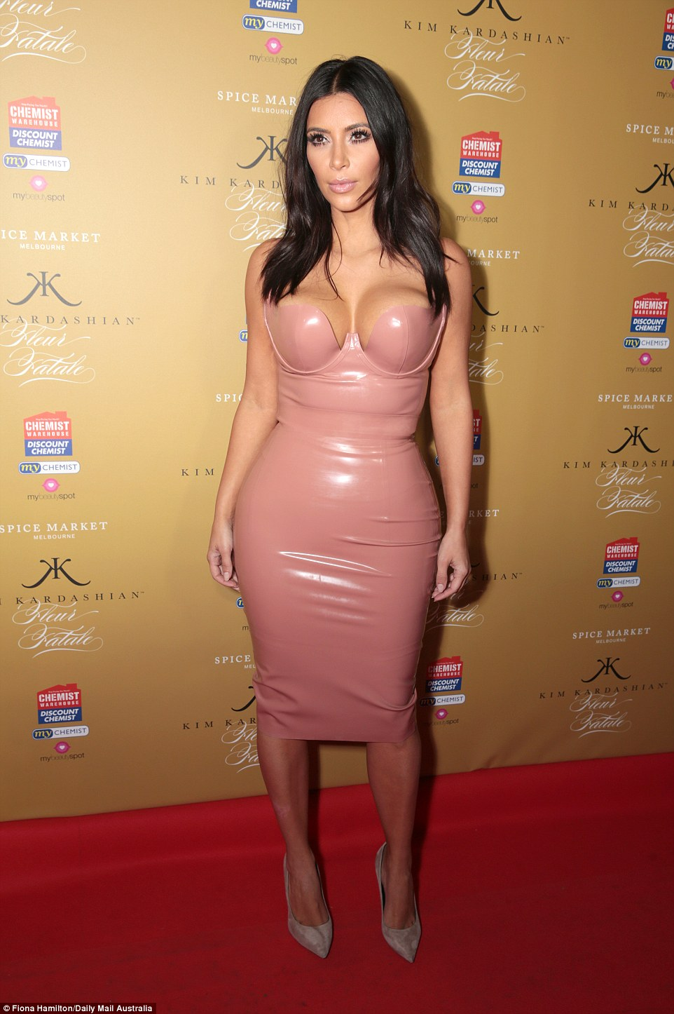 234377F600000578-2839141-Pretty_in_PVC_Kim_Kardashian_flaunted_her_famous_figure_at_the_l-39_1416309818911